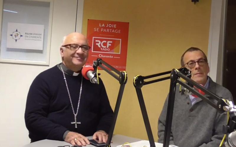 Le père évêque d'Angoulême Mgr Hervé Gosselin évoque le thème de la paix avec Jean-Paul Tourvieille, responsable de la communication diocésaine